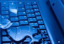 на клавиатуру ноутбука попала вода